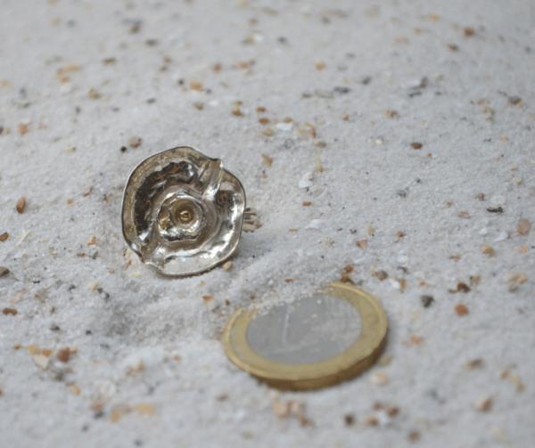 Handgemaakte zilveren ring met kommetje en goudaccent