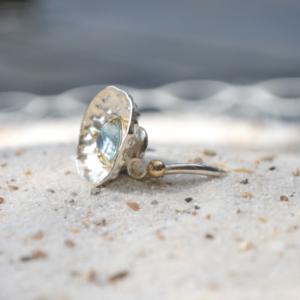 Zilveren ring met blauwe Topaas in zetting van goud