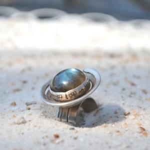 Zilveren ring met Labradoriet en afdruk van zaagjes :-)