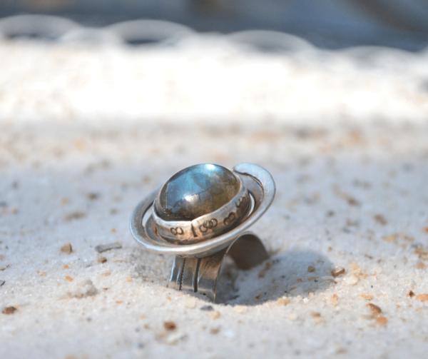 Handgemaakte zilveren ring met labadoriet