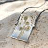 Handgemaakte hanger van zilver met bloemenafdruk en bolletjes van goudgoud