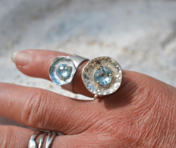 Handgemaakte zilveren ringen met aquamarijn in een gouden zetting