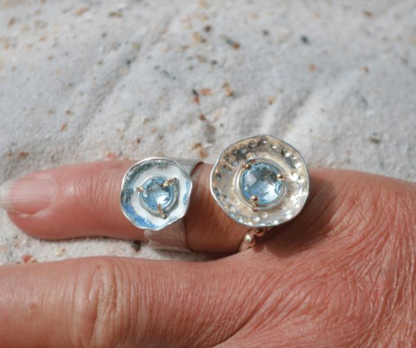 Handgemaakte zilveren ringen met aquamarijn in zetting van goud