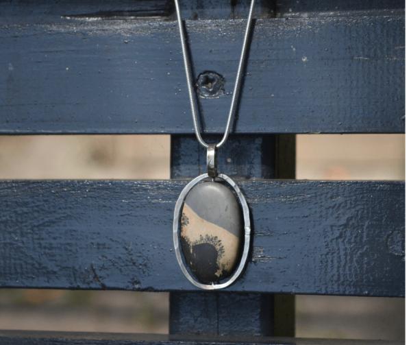 Handgemaakte zilveren hanger met landschapsjaspis