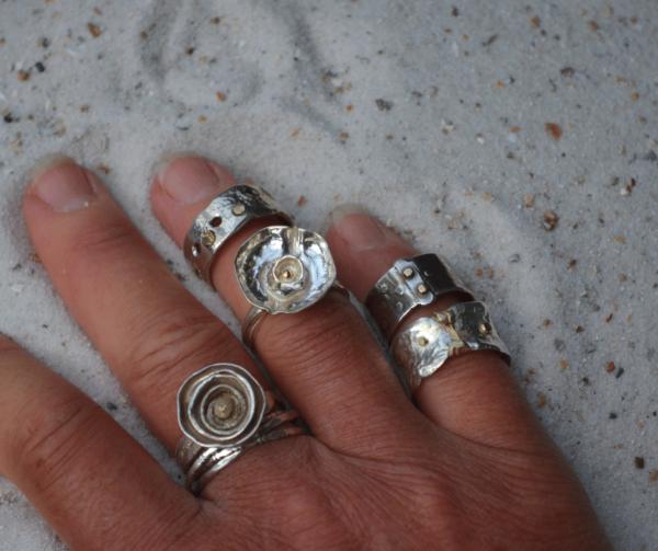 Zilveren ring met gaatjes en goud
