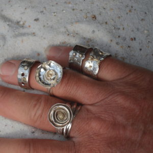Zilveren ring met belijning van goud
