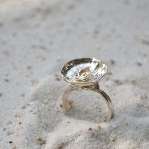 Zilveren ring met kommetje en accent van goud