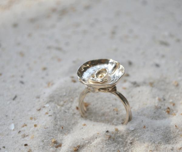 Handgemaakte zilveren ring met kommetje en accent van goud