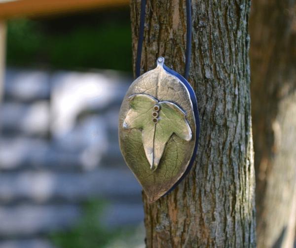 Bijzondere hanger van zilver met dubbel blad en titanium