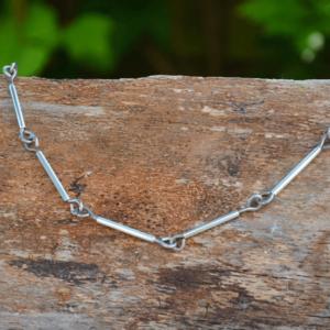 Halsketting van zilverbuis en titaniumdraad