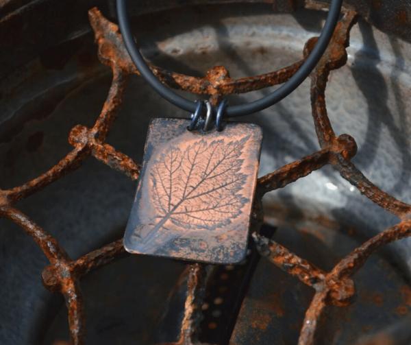 Hanger met afdruk van blad van japanse wijnbes
