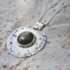 Hanger van zilver met Labradoriet en wit emaille