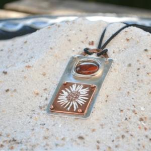 Hanger van zilver met rode Jaspis en afdruk Madeliefje