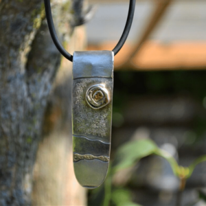 Zilveren hanger met goudverf en geel zonnetje van polymeerklei