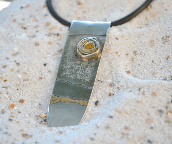 Zilveren hanger met goudverf en snufje gele polymeerklei