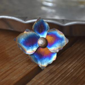 Prachtige hanger met hortensiabloem van titanium