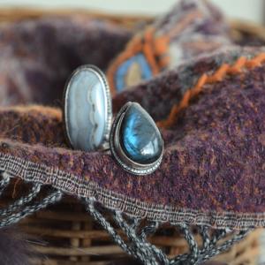 Handgemaakte zilveren ring met druppelvormige labradoriet