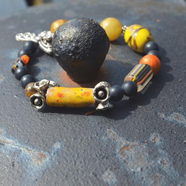 Armband met gele keramiekkraal