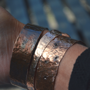 Gehamerde armband van koper met gaatjes