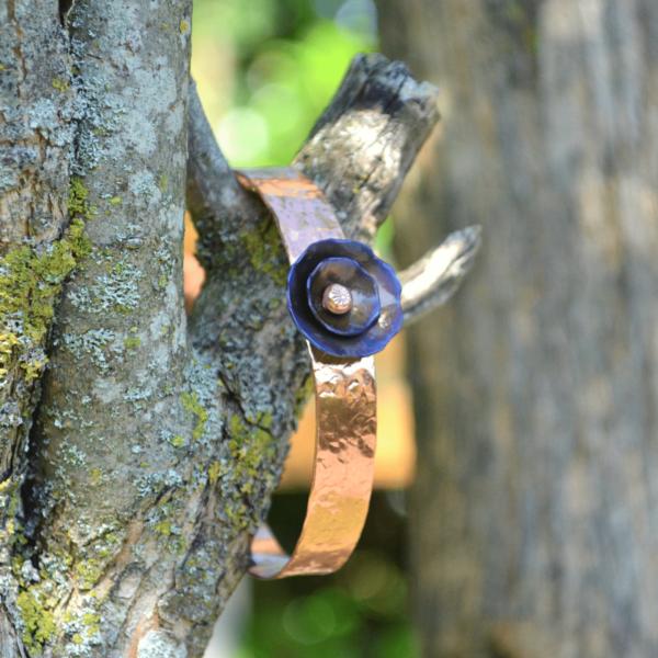 Gehamerde armband van koper met bloem van Titanium