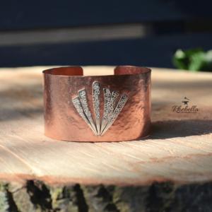 Brede koperen armband met decoratie van sterling zilver.