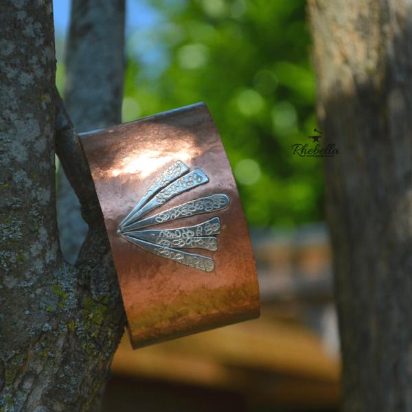 Handgemaakte armband van koper met decoratie van sterling zilver.
