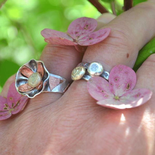 Bloemenring van zilver, met koper en een hart van 14k goud