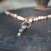 Halssieraad van edelsteenkralen met hangertje van zilver met goud