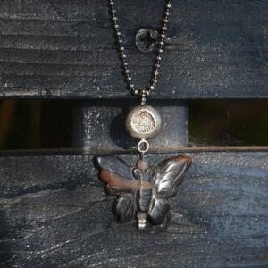 Halssieraad van zilver met vlinder van Jaspis