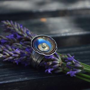 Kleurrijke bloemenring van zilver, titanium en 14k goud