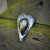 Hanger HEART van zilver met Labradoriet met afdruk van het blad van een japanse wijnbes (