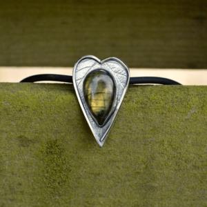 """Hanger """"heart"""" met Labradoriet en afdruk van het blad van Japanse wijnbes."""