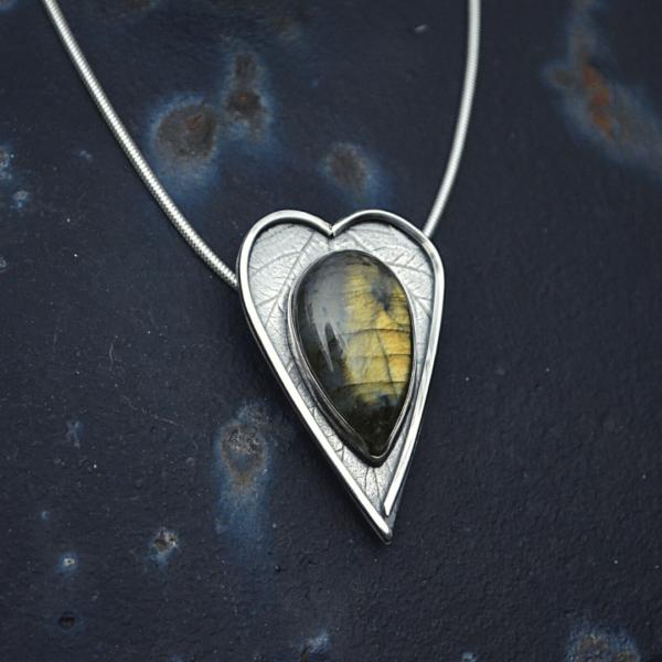 hanger HEART van zilver met Labradoriet met afdruk van het blad van een japanse wijnbes