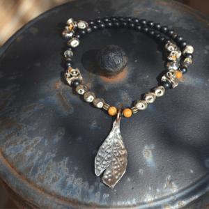 Halsketting zilveren blad met o.a kralen van zwarte Jaspis