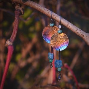 Prachtige oorbellen met Titanium en ruw Apatiet
