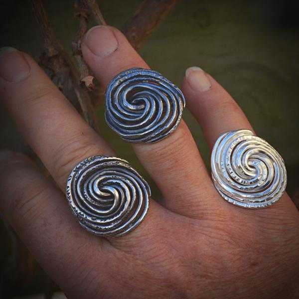 Grote ring van zilver met fascinerend lijnenspel