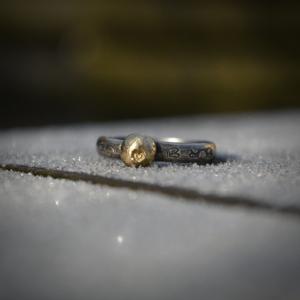 Handgemaakte (stapel) ring van zilver met een indruk van een hartje in 14k goud
