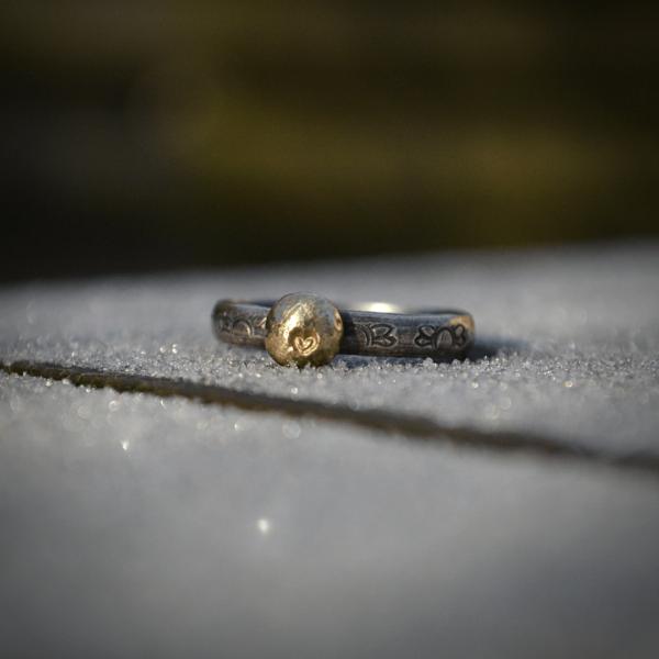 Handgemaakte stapelringen van zilver met 14k goud