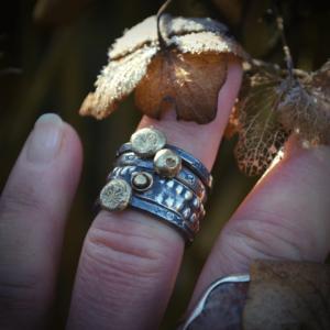 Handgemaakte (stapel) ring van zilver met bloemafdruk in 14k goud
