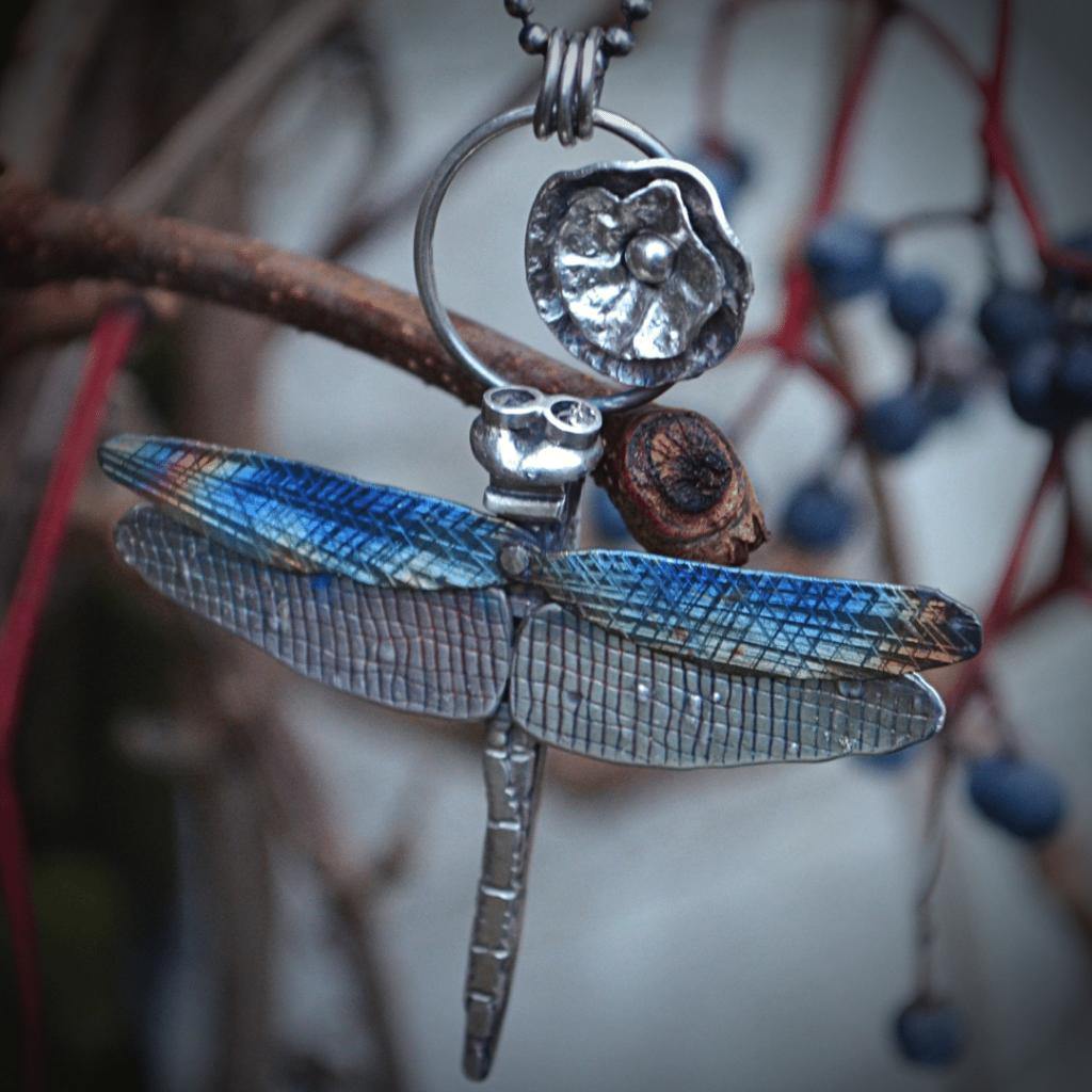 Handegemaakte libelle van zilver en titanium
