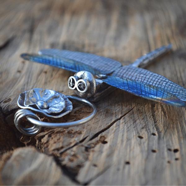 handgemaakte libelle van zilver en titanium