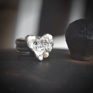 "Zilveren ring ""strong heart"" met goudaccent"