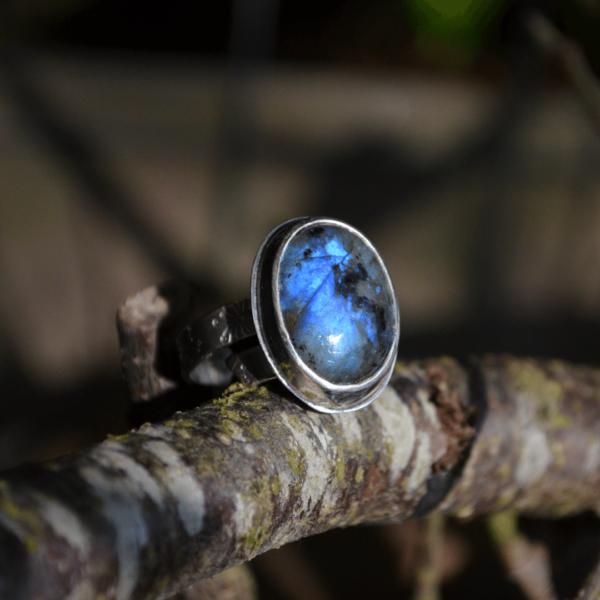 Prachtige ring met Labradoriet en inslag van paardebloempluis