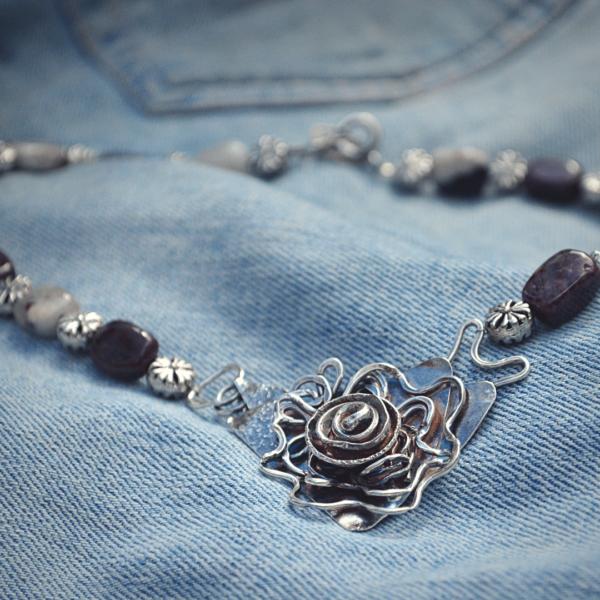 Halssieraad van zilver handgemaakt met plum blossom jaspis