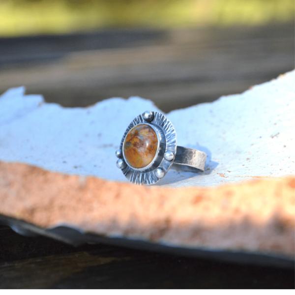 Handgemaakte ring van zilver en jaspis