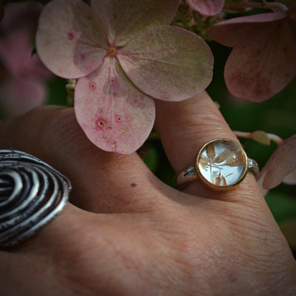 Handgemaakte ring van zilver met echte paardenbloemzaadjes