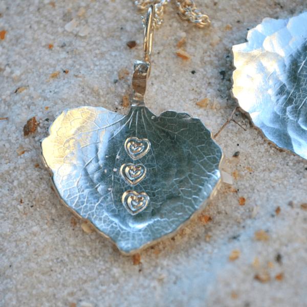 zilveren hanger met afdruk van hortensiablaadje