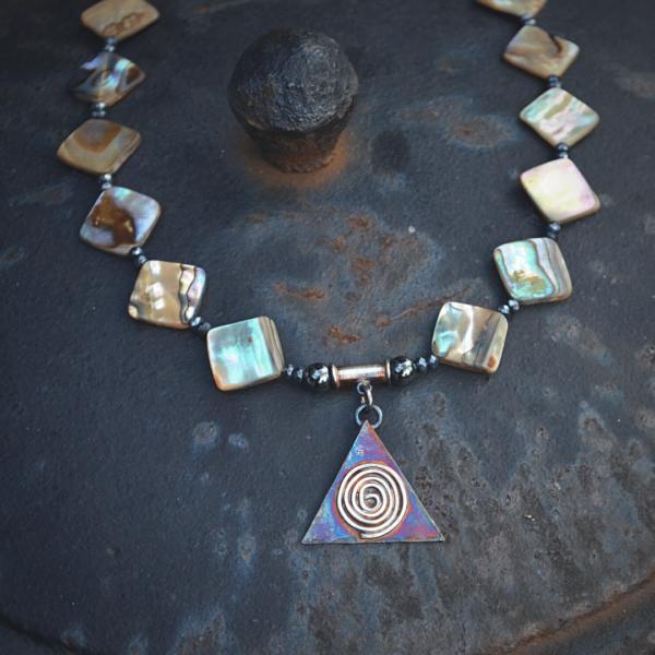 Halssieraad van Abaloneschelp en handgemaakte hanger van zilver.