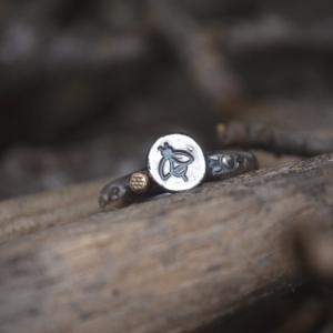 Ring van zilver met bij met detail honingraat van goud.